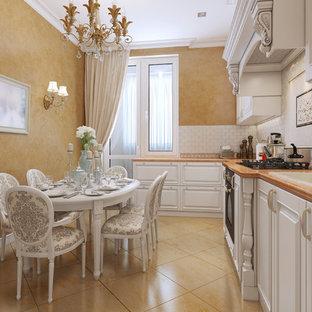 ダラスの中サイズのシャビーシック調のおしゃれなキッチン (ドロップインシンク、レイズドパネル扉のキャビネット、白いキャビネット、白いキッチンパネル、サブウェイタイルのキッチンパネル、アイランドなし、ベージュの床) の写真