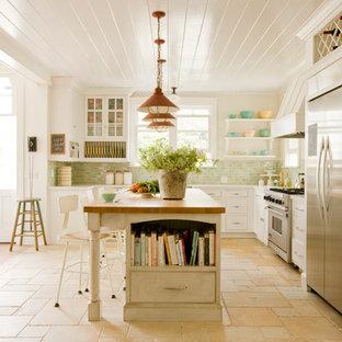 Idéer för att renovera ett mellanstort maritimt kök, med luckor med profilerade fronter, vita skåp, en köksö, bänkskiva i koppar, flerfärgad stänkskydd, stänkskydd i tunnelbanekakel, rostfria vitvaror, klinkergolv i keramik och beiget golv