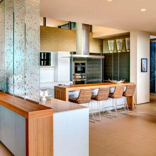 Idee per una cucina moderna di medie dimensioni con ante lisce, ante grigie, elettrodomestici in acciaio inossidabile, pavimento in gres porcellanato, isola e pavimento beige