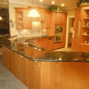 Inspiration för ett mellanstort vintage kök, med en undermonterad diskho, luckor med upphöjd panel, skåp i mellenmörkt trä, granitbänkskiva, beige stänkskydd, stänkskydd i stenkakel, rostfria vitvaror, klinkergolv i keramik och en halv köksö