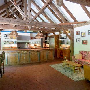 Immagine di un'ampia cucina stile americano con ante a filo, ante con finitura invecchiata, top in legno, paraspruzzi con piastrelle di metallo, pavimento in mattoni, isola, pavimento rosso e top marrone