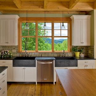 Offene, Große Klassische Küche mit integriertem Waschbecken, Schrankfronten im Shaker-Stil, beigen Schränken, Küchenrückwand in Grün, Küchengeräten aus Edelstahl, Arbeitsplatte aus Holz, Rückwand aus Mosaikfliesen, braunem Holzboden und Kücheninsel in Burlington