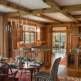 Пример оригинального дизайна: огромная п-образная кухня в классическом стиле с врезной раковиной, фасадами с утопленной филенкой, фасадами цвета дерева среднего тона, гранитной столешницей, оранжевым фартуком, техникой под мебельный фасад, паркетным полом среднего тона, островом, коричневым полом и зеленой столешницей