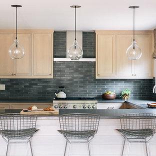 Cette image montre une cuisine traditionnelle en U avec un évier encastré, un placard à porte shaker, des portes de placard en bois clair, une crédence grise, une péninsule et une crédence en ardoise.