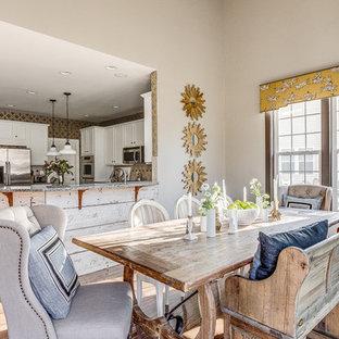 ワシントンD.C.の大きいエクレクティックスタイルのおしゃれなキッチン (シェーカースタイル扉のキャビネット、白いキャビネット、御影石カウンター、ベージュキッチンパネル、セラミックタイルのキッチンパネル、シルバーの調理設備の、グレーのキッチンカウンター) の写真