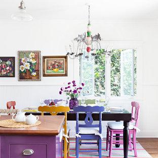 Mittelgroße Shabby-Style Küche in L-Form mit Landhausspüle, Schrankfronten im Shaker-Stil, weißen Schränken, Arbeitsplatte aus Holz, Küchenrückwand in Weiß, Küchengeräten aus Edelstahl, braunem Holzboden und Kücheninsel in Los Angeles
