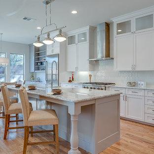Idéer för mellanstora vintage kök, med skåp i shakerstil, vita skåp, vitt stänkskydd, rostfria vitvaror, ljust trägolv, en köksö, en rustik diskho, granitbänkskiva, stänkskydd i keramik och beiget golv