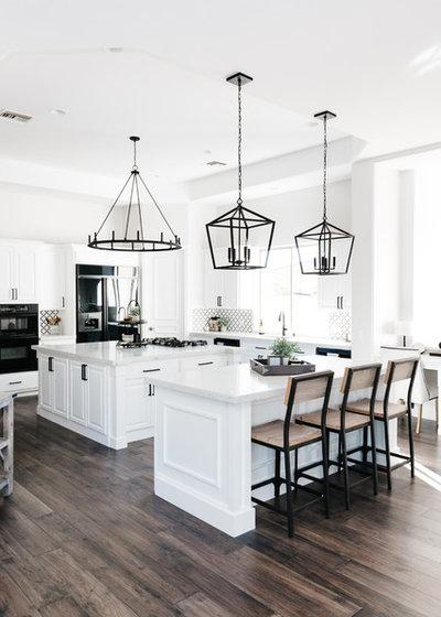 Современная классика Кухня by The TomKat Studio