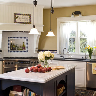 サンタバーバラのヴィクトリアン調のおしゃれなキッチン (シルバーの調理設備) の写真