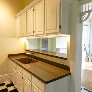 サンフランシスコの小さいヴィクトリアン調のおしゃれなキッチン (アンダーカウンターシンク、レイズドパネル扉のキャビネット、白いキャビネット、グレーのキッチンパネル、石スラブのキッチンパネル、白い調理設備、クッションフロア、アイランドなし) の写真