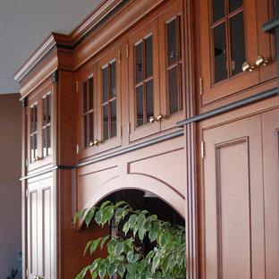 サンルイスオビスポの中サイズのヴィクトリアン調のおしゃれなキッチン (インセット扉のキャビネット、赤いキャビネット、メタリックのキッチンパネル、セラミックタイルのキッチンパネル) の写真