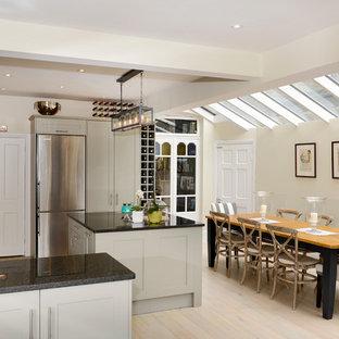 ロンドンのヴィクトリアン調のおしゃれなキッチンの写真