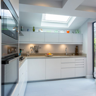 Klassisk inredning av ett mellanstort beige beige kök, med bänkskiva i kalksten, blått stänkskydd, stänkskydd i cementkakel, målat trägolv och vitt golv