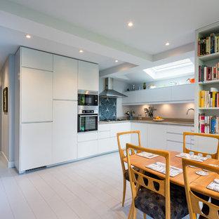 Mittelgroße Klassische Wohnküche ohne Insel in L-Form mit Kalkstein-Arbeitsplatte, Küchenrückwand in Blau, Rückwand aus Zementfliesen, gebeiztem Holzboden, weißem Boden und beiger Arbeitsplatte in London