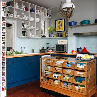 Esempio di una cucina a L boho chic con lavello da incasso, ante in stile shaker, ante blu, top in legno, paraspruzzi blu, paraspruzzi con piastrelle in ceramica, parquet scuro e isola