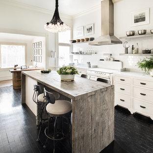 Esempio di una cucina lineare classica di medie dimensioni con lavello sottopiano, isola, ante lisce, ante in legno chiaro, top in marmo, paraspruzzi bianco, paraspruzzi con piastrelle in ceramica, elettrodomestici in acciaio inossidabile e parquet scuro