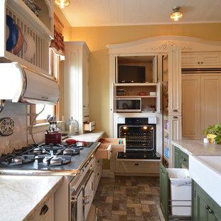 サンルイスオビスポの小さいヴィクトリアン調のおしゃれなキッチン (エプロンフロントシンク、レイズドパネル扉のキャビネット、白いキャビネット、珪岩カウンター、白いキッチンパネル、サブウェイタイルのキッチンパネル、パネルと同色の調理設備、レンガの床、グレーの床、白いキッチンカウンター) の写真