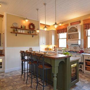 Inspiration för avskilda, små klassiska vitt l-kök, med luckor med upphöjd panel, vita skåp, bänkskiva i kvartsit, vitt stänkskydd, stänkskydd i tunnelbanekakel, en köksö, en rustik diskho, integrerade vitvaror, tegelgolv och grått golv