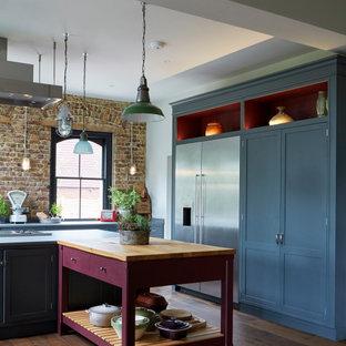 Diseño de cocina ecléctica, extra grande, con encimera de madera, armarios estilo shaker, electrodomésticos de acero inoxidable y dos o más islas
