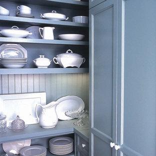 Idée de décoration pour une cuisine victorienne avec des portes de placard bleues.