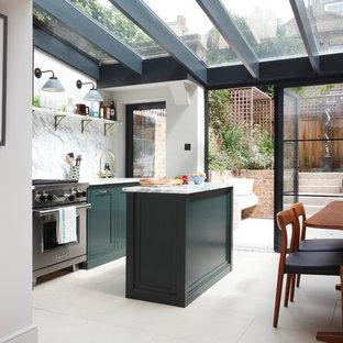 ロンドンのエクレクティックスタイルのおしゃれなキッチン (ドロップインシンク、シェーカースタイル扉のキャビネット、緑のキャビネット、大理石カウンター、大理石のキッチンパネル、シルバーの調理設備、ライムストーンの床) の写真