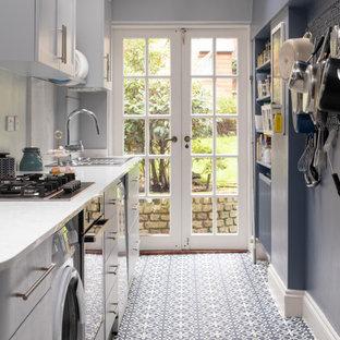 Zweizeilige, Kleine Moderne Wohnküche ohne Insel mit Doppelwaschbecken, Schrankfronten im Shaker-Stil, grauen Schränken, Quarzit-Arbeitsplatte, Küchenrückwand in Grau, weißen Elektrogeräten, Keramikboden, blauem Boden und weißer Arbeitsplatte in London
