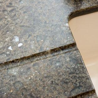 他の地域の中サイズのヴィクトリアン調のおしゃれなキッチン (エプロンフロントシンク、シェーカースタイル扉のキャビネット、白いキャビネット、再生ガラスカウンター、白いキッチンパネル、ガラス板のキッチンパネル、白い調理設備、無垢フローリング、アイランドなし) の写真