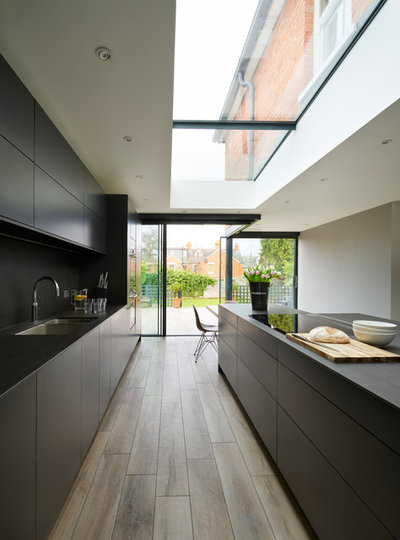 Modern Kitchen by Absolute Architecture
