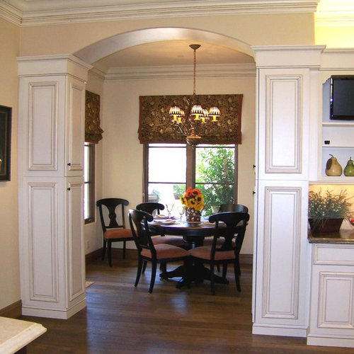Superb Traditional Eat In Kitchen Idea In San Diego