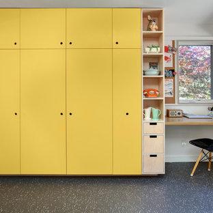 На фото: кухня в современном стиле с плоскими фасадами и желтыми фасадами с