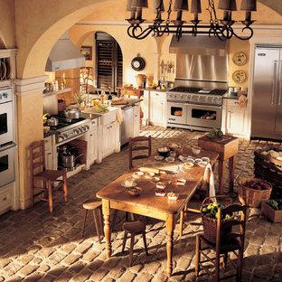 Idéer för ett stort rustikt kök, med en rustik diskho, luckor med profilerade fronter, vita skåp, granitbänkskiva, rostfria vitvaror och tegelgolv