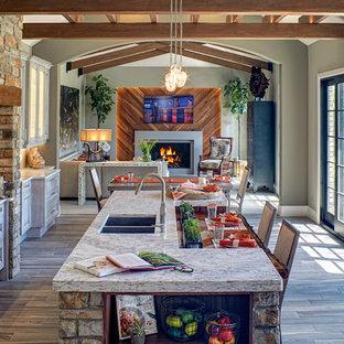 Offene, Große Klassische Küche in L-Form mit Doppelwaschbecken, Schrankfronten im Shaker-Stil, beigen Schränken, Quarzit-Arbeitsplatte, hellem Holzboden, Kücheninsel und beigem Boden in Detroit