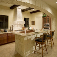 Mediterranean Kitchen by Jorge Ulibarri Custom Homes