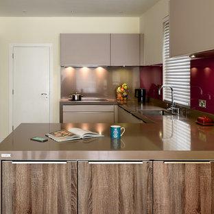 Ejemplo de cocina en L, moderna, de tamaño medio, abierta, con fregadero integrado, armarios con paneles lisos, puertas de armario marrones, encimera de cuarcita, electrodomésticos con paneles, suelo de baldosas de porcelana, suelo amarillo y encimeras marrones