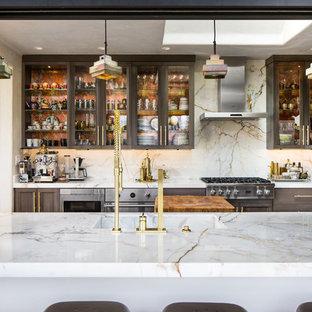 Esempio di una grande cucina boho chic con lavello da incasso, ante di vetro, ante grigie, top in marmo, paraspruzzi bianco, paraspruzzi in lastra di pietra, elettrodomestici in acciaio inossidabile, pavimento in terracotta e isola