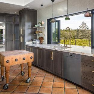 サンフランシスコの大きいエクレクティックスタイルのおしゃれなキッチン (一体型シンク、グレーのキャビネット、大理石カウンター、シルバーの調理設備の、テラコッタタイルの床、シェーカースタイル扉のキャビネット) の写真