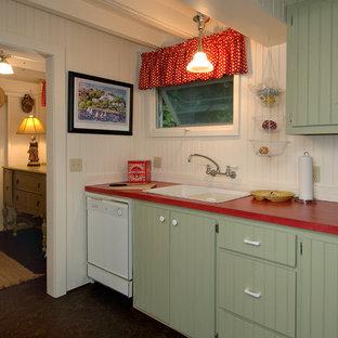 Shabby-Style Küche mit weißen Elektrogeräten und roter Arbeitsplatte in Detroit