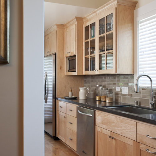 Light Maple Kitchen Cabinets: Traditional Eat-In Kitchen With Light Wood Cabinets Design