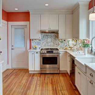 ニューヨークの中サイズのエクレクティックスタイルのおしゃれな独立型キッチン (エプロンフロントシンク、シェーカースタイル扉のキャビネット、白いキャビネット、クオーツストーンカウンター、マルチカラーのキッチンパネル、シルバーの調理設備、無垢フローリング、アイランドなし) の写真