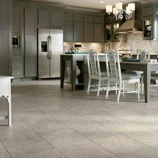 Große Shabby-Style Wohnküche in U-Form mit Unterbauwaschbecken, Schrankfronten im Shaker-Stil, grauen Schränken, Granit-Arbeitsplatte, bunter Rückwand, Rückwand aus Mosaikfliesen, Küchengeräten aus Edelstahl, Vinylboden, zwei Kücheninseln und grauem Boden in San Diego