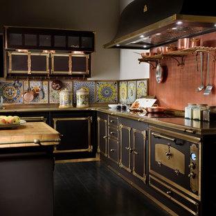 マイアミのヴィクトリアン調のおしゃれなキッチン (黒い調理設備、黒い床) の写真