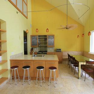 マイアミの小さいコンテンポラリースタイルのおしゃれなキッチン (ドロップインシンク、フラットパネル扉のキャビネット、中間色木目調キャビネット、テラゾカウンター、マルチカラーのキッチンパネル、磁器タイルのキッチンパネル、シルバーの調理設備の、トラバーチンの床) の写真