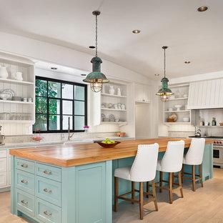 ヒューストンの広いビーチスタイルのおしゃれなキッチン (エプロンフロントシンク、オープンシェルフ、白いキャビネット、木材カウンター、白いキッチンパネル、シルバーの調理設備、淡色無垢フローリング、木材のキッチンパネル) の写真