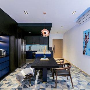 Esempio di una cucina minimal con ante lisce, ante blu, paraspruzzi blu, paraspruzzi con lastra di vetro, elettrodomestici in acciaio inossidabile, un'isola, pavimento blu e top bianco