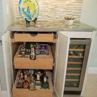 Moderne Küche mit Vorratsschrank, Waschbecken, profilierten Schrankfronten, weißen Schränken, Quarzit-Arbeitsplatte, Rückwand aus Glasfliesen, Küchengeräten aus Edelstahl, Porzellan-Bodenfliesen, Kücheninsel und grüner Arbeitsplatte in Miami