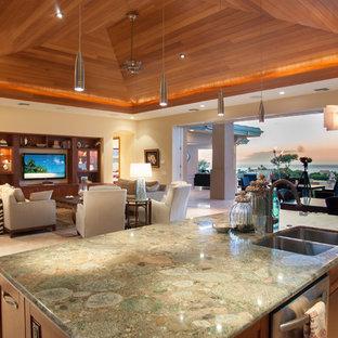 ハワイの中サイズのトロピカルスタイルのおしゃれなキッチン (御影石カウンター、ダブルシンク、ガラス扉のキャビネット、中間色木目調キャビネット、白いキッチンパネル、磁器タイルのキッチンパネル、シルバーの調理設備の、セラミックタイルの床、ベージュの床) の写真