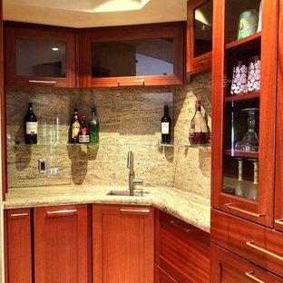 ハワイの小さいトロピカルスタイルのおしゃれなキッチン (シングルシンク、落し込みパネル扉のキャビネット、中間色木目調キャビネット、御影石カウンター、トラバーチンの床) の写真