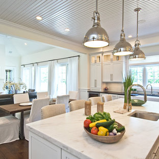 Traditional kitchen ideas - Example of a classic kitchen design in Los Angeles