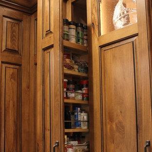 Idéer för att renovera ett stort rustikt beige beige kök, med en rustik diskho, luckor med upphöjd panel, skåp i mellenmörkt trä, bänkskiva i kvarts, beige stänkskydd, stänkskydd i glaskakel, svarta vitvaror, vinylgolv, en köksö och brunt golv