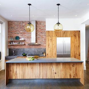 ニューヨークの中くらいのコンテンポラリースタイルのおしゃれなキッチン (エプロンフロントシンク、フラットパネル扉のキャビネット、淡色木目調キャビネット、大理石カウンター、グレーのキッチンパネル、シルバーの調理設備、無垢フローリング、レンガのキッチンパネル) の写真